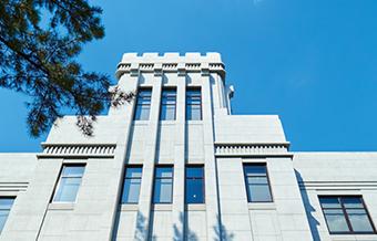 歴史を感じる甲南大学のシンボル
